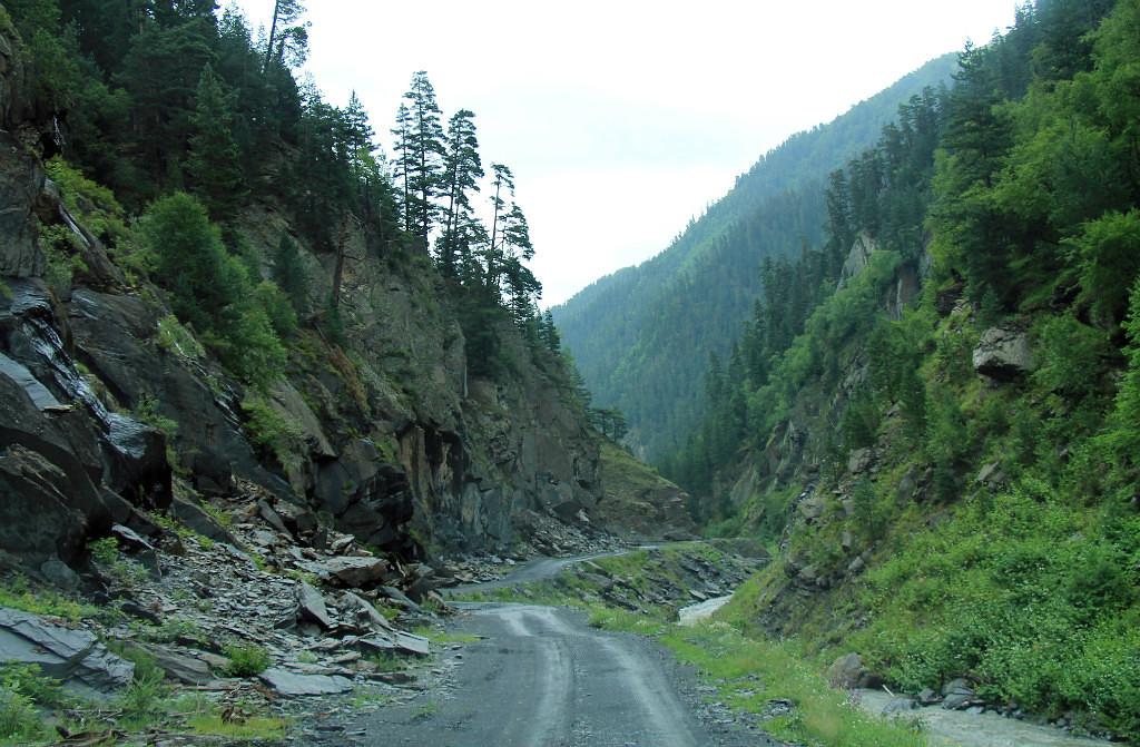 Суровая дорога в Тушетию, которую периодически смывают сели