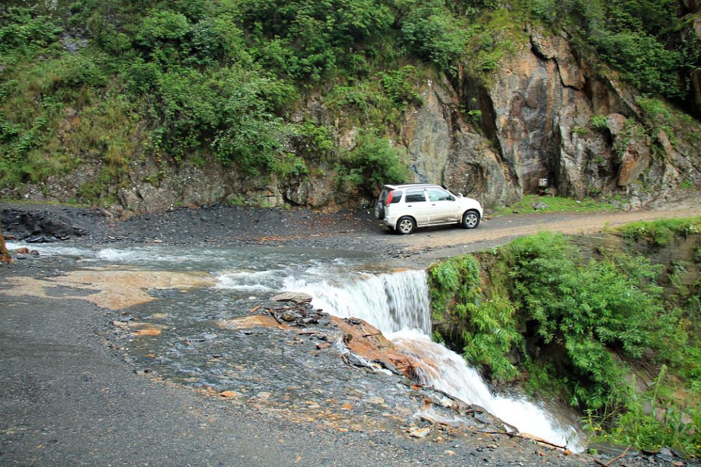 Реки постоянно пересекают дорогу в Тушетию