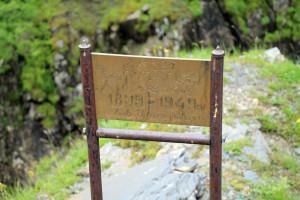 Памятные таблички вместо километровых столбов