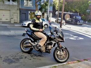 Би Джей Миллер на модифицированном под управление одной рукой мотоцикле